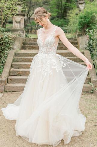 langes Brautkleid mit Spitzen Korsagen und Schleier
