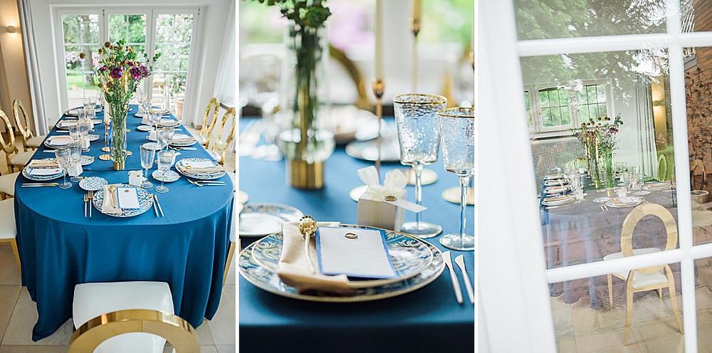 Hygge Hochzeitsideen in blau Tischdeko goldene Stühle