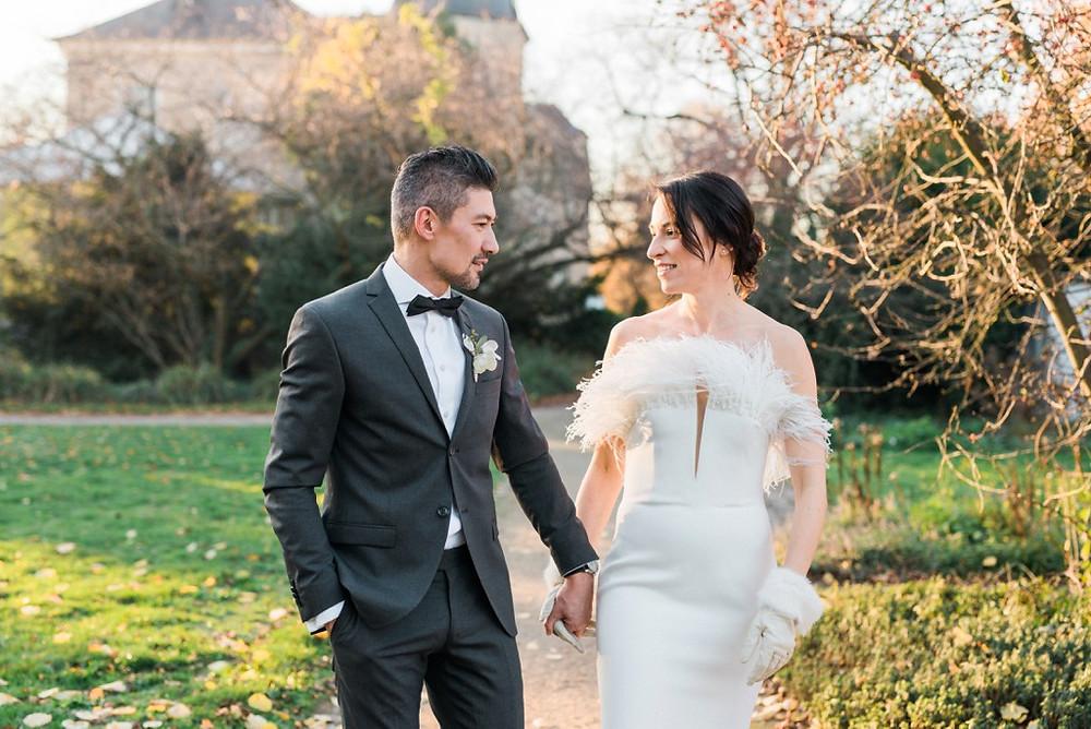 Brautpaar Winterhochzeit im Kleid von Brautmode Claudia Klimm