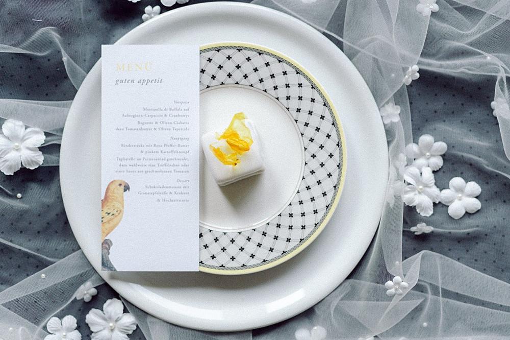 Hochzeitsinspiration in den Pantonefarben 2021 Illuminating Yellow Ultimate Grey Tischdeko