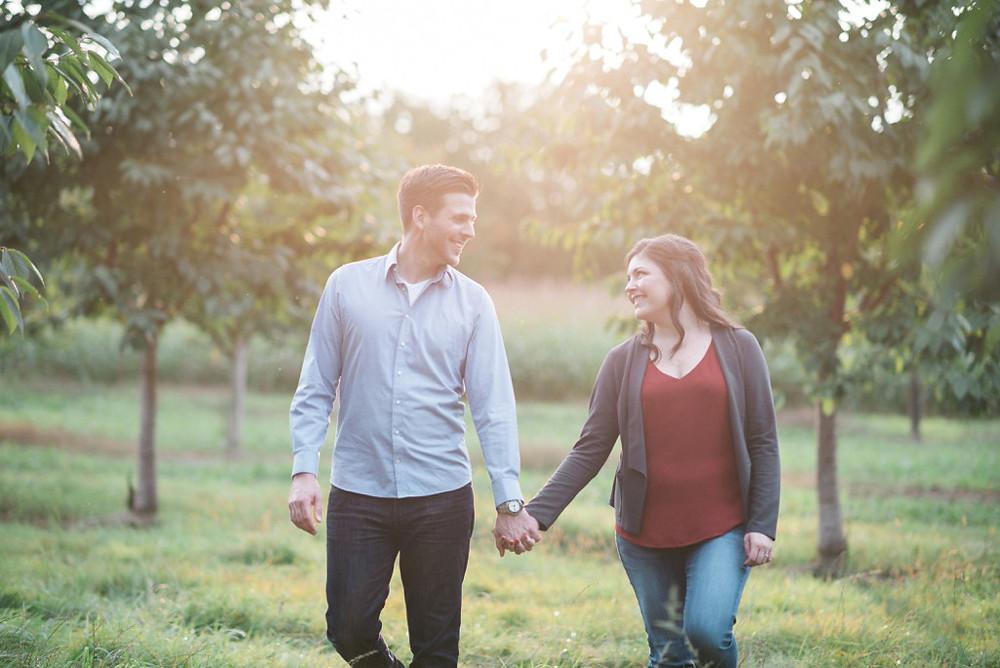 Hand in Hand beim verlobungsshooting