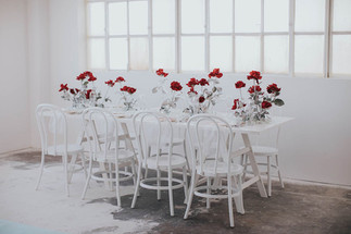 minimalistische Tischdeko in weiß mit roten Rosen
