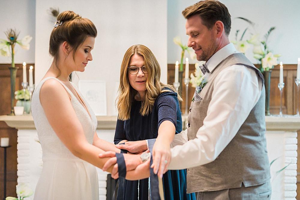 Hygge Hochzeitsideen in blau Handfasting freie Trauung
