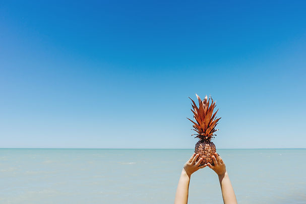 Golden_pineapple_against_the_blue_sea_(U