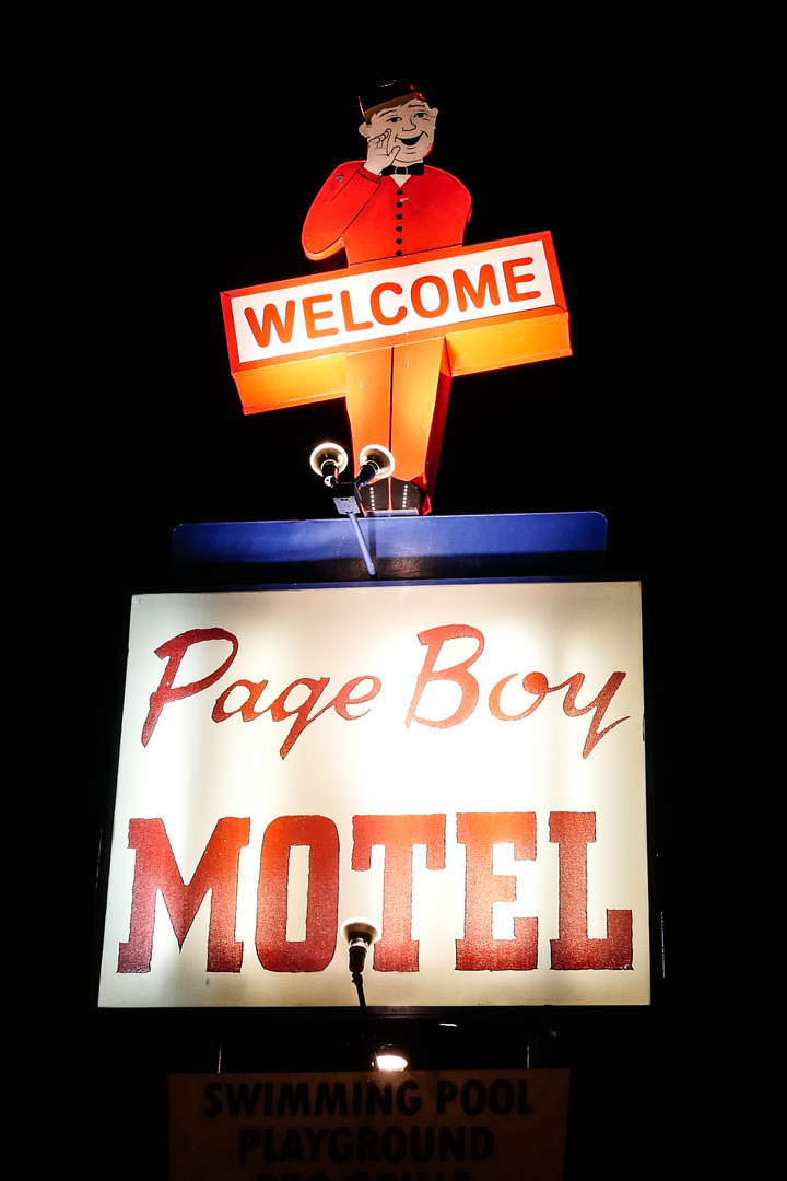 motel-yellowstone-billboard-usa.jpg