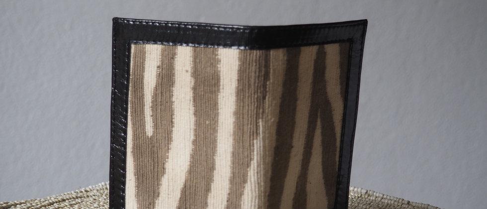 """Porte feuille """"Divo"""" en bogolan zèbre gris et cuir noir véritable."""