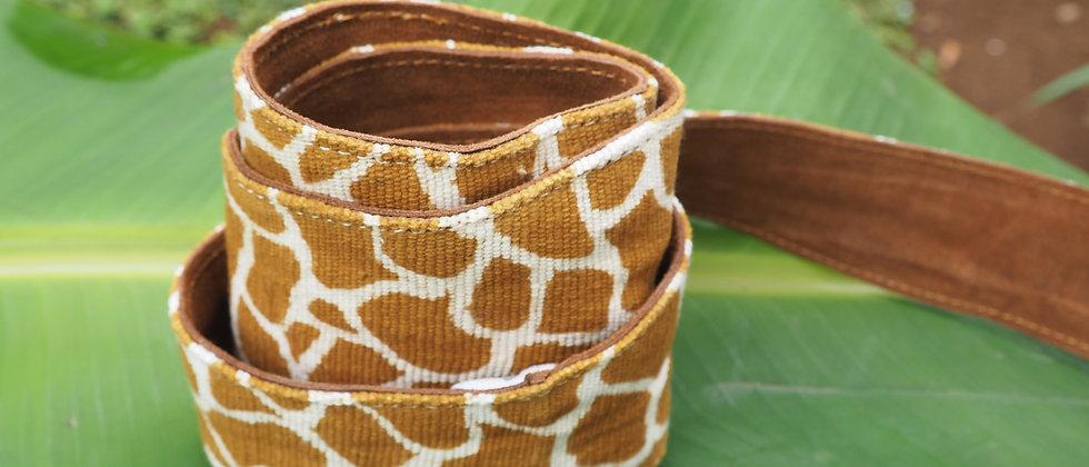Ceinture à nouer en bogolan du Mali en girafe jaune et daim .