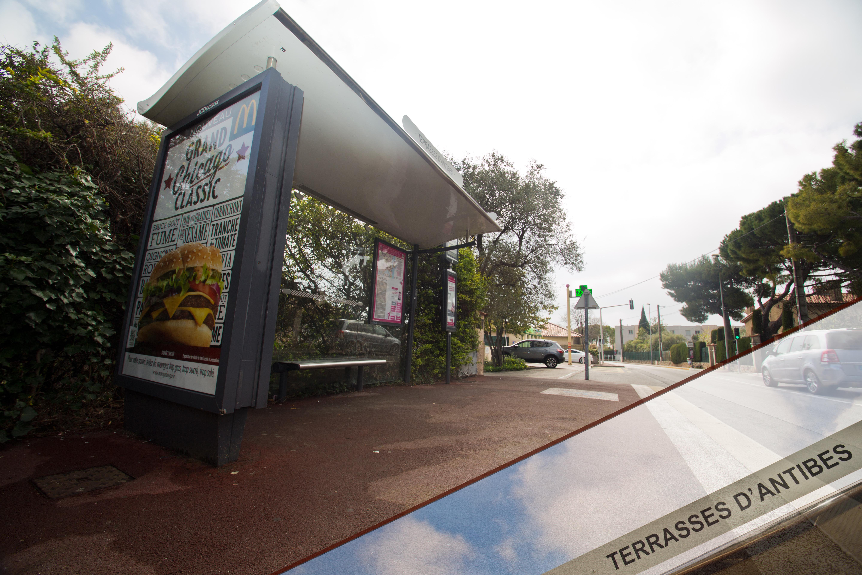 L'arrêt de bus face à la résidence