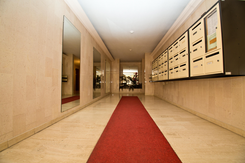 Le cabinet est au fond du couloir