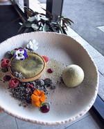 🍵 Matcha lava tart w sesame crumb, rasp