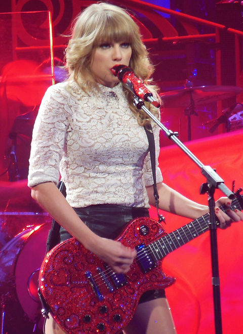 Taylor_Swift_RED_Tour_2013_(cropped).jpg