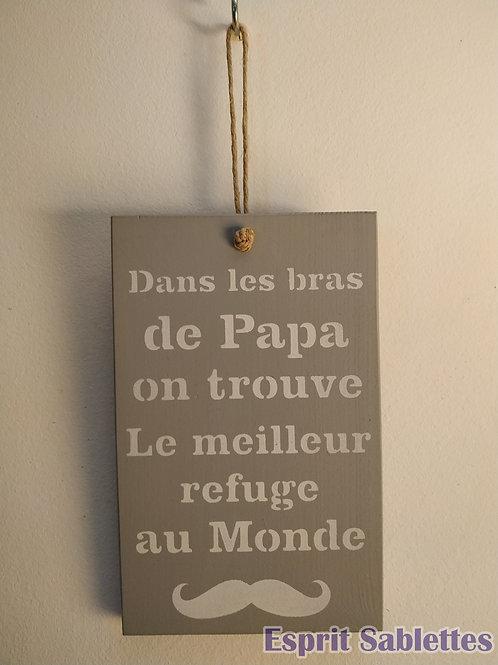 """PANCARTE DÉCO en bois """"dans les bras de papa on trouve le meilleur refuge au mon"""