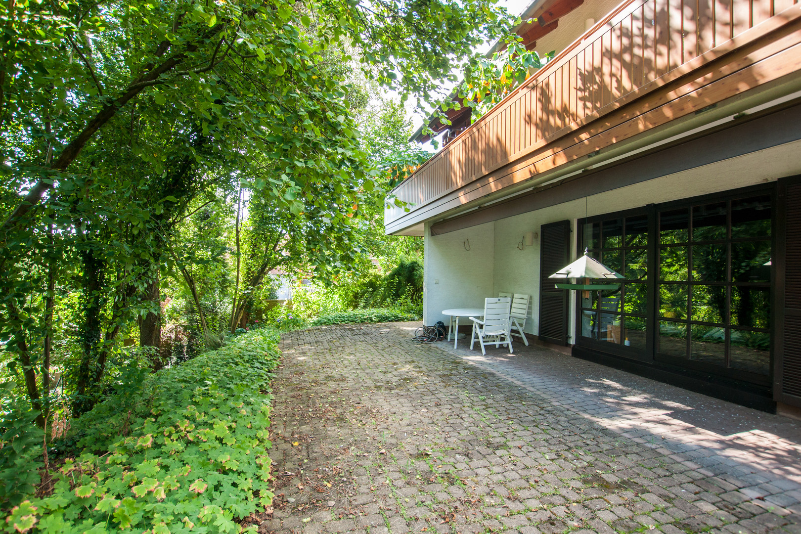 Terrasse im Untergeschoss mit Gartenzugang