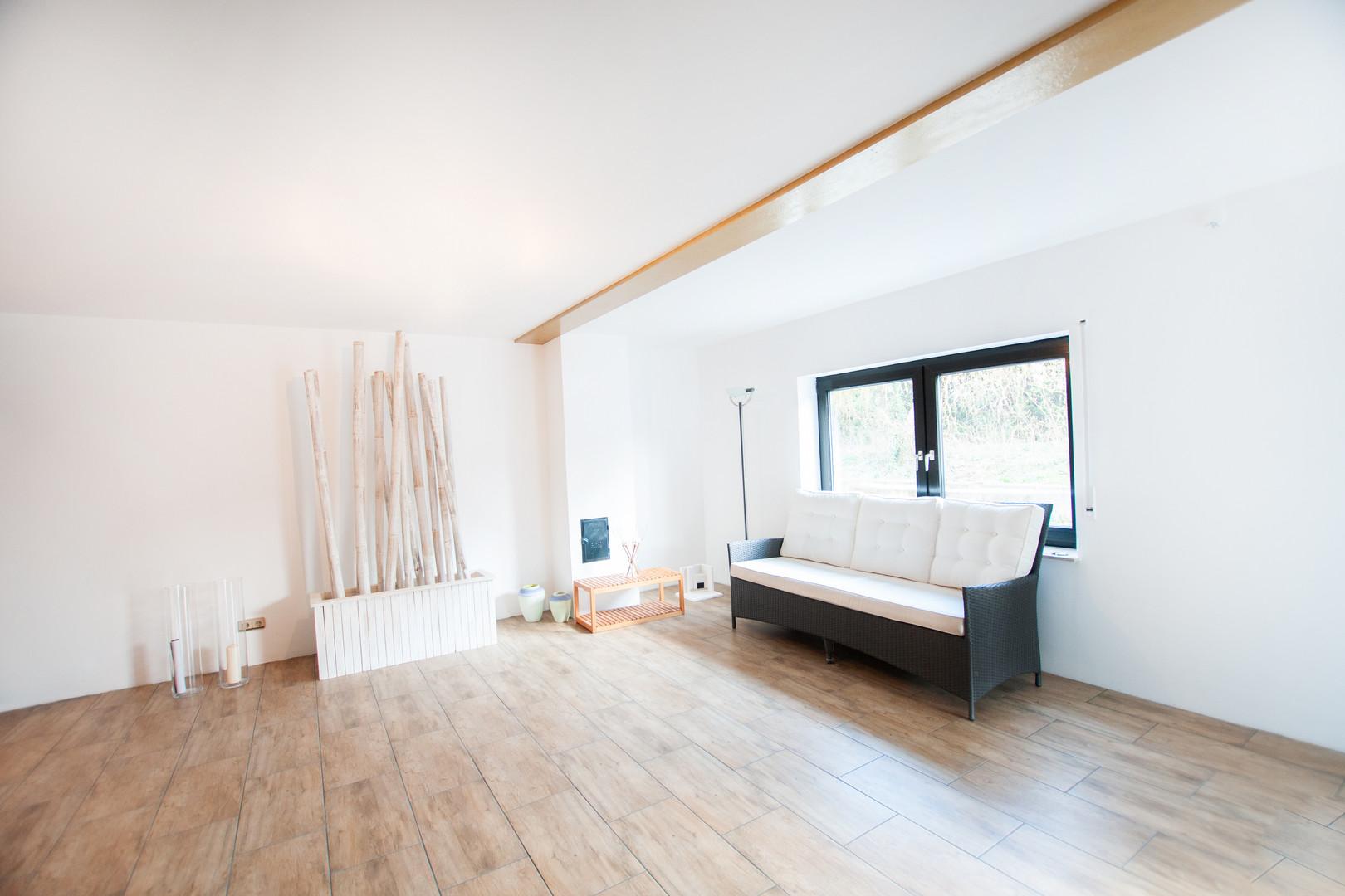 Wohnzimmer Badezimmer der Wohnung im Unt
