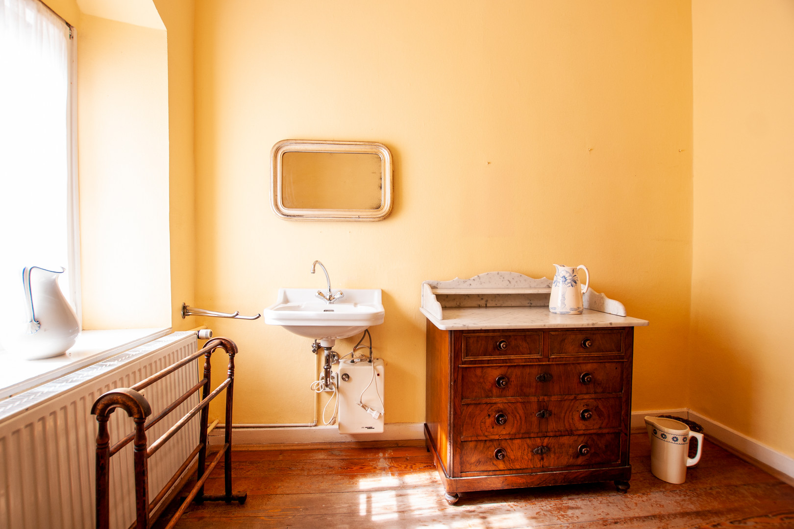 Badezimmer mit Dielenboden