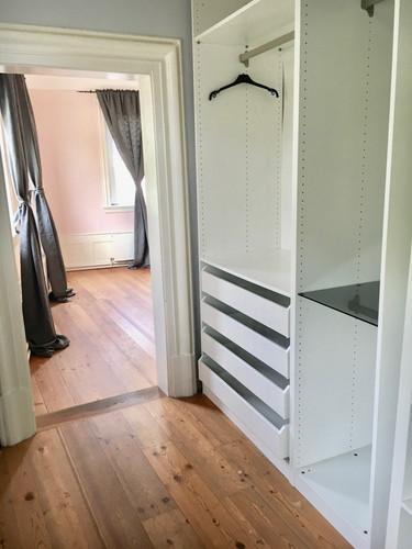 Ankleidezimmer mit Zugang zum Schlafzimmer