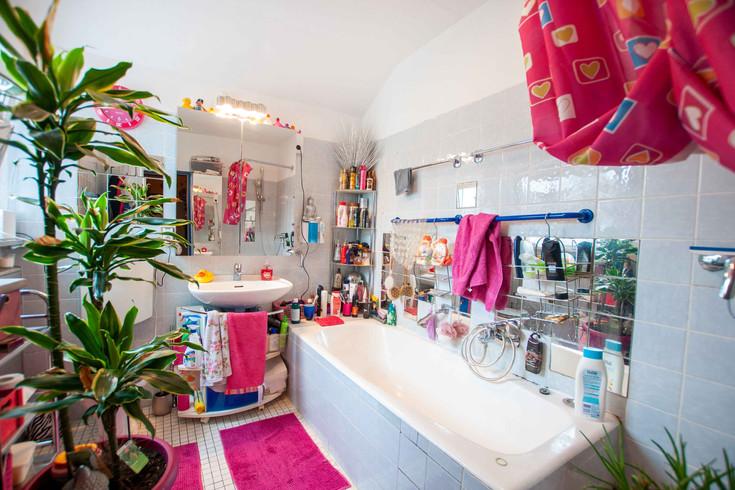 Badezimmer mit Dusche und Badewanne