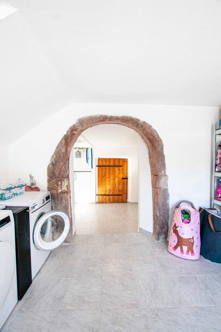 Waschküche mit Sandsteinbogen