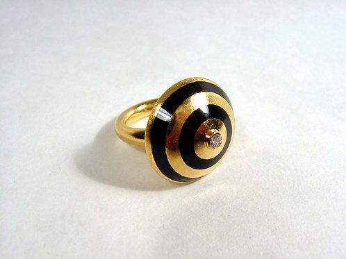 Ring in 18K gold with black enamel