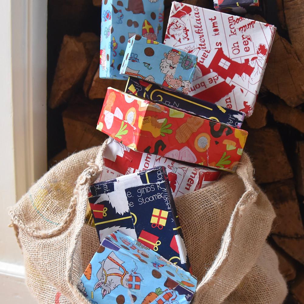 Sinterklaas, pakjes inp(l)akken.