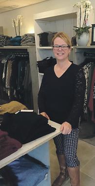 Eigenaresse Monique van Kuijk in haar winkel voor een maatje meer mode