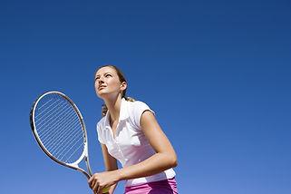 Wir können hier Tennis spielen(Podemos jugar aquí al tenis). Expresa que se puede hacer algo...