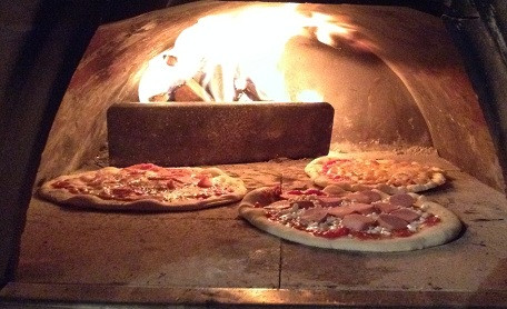 Italiaanse pizza's uit de houtoven