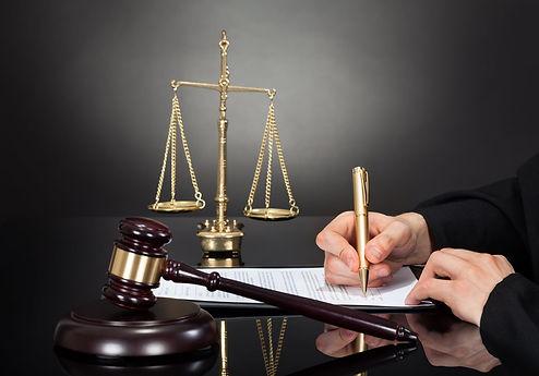עורך דין מקרקעין נתניה שמכין חוזה לרכישת דירה