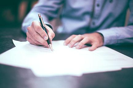 חתימת חוזה שהוכן על ידי עורך דין מקרקעין בנתניה