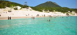 Passeio-de-barco-em-Arraial-do-cabo-ilha-do-farol-748x350