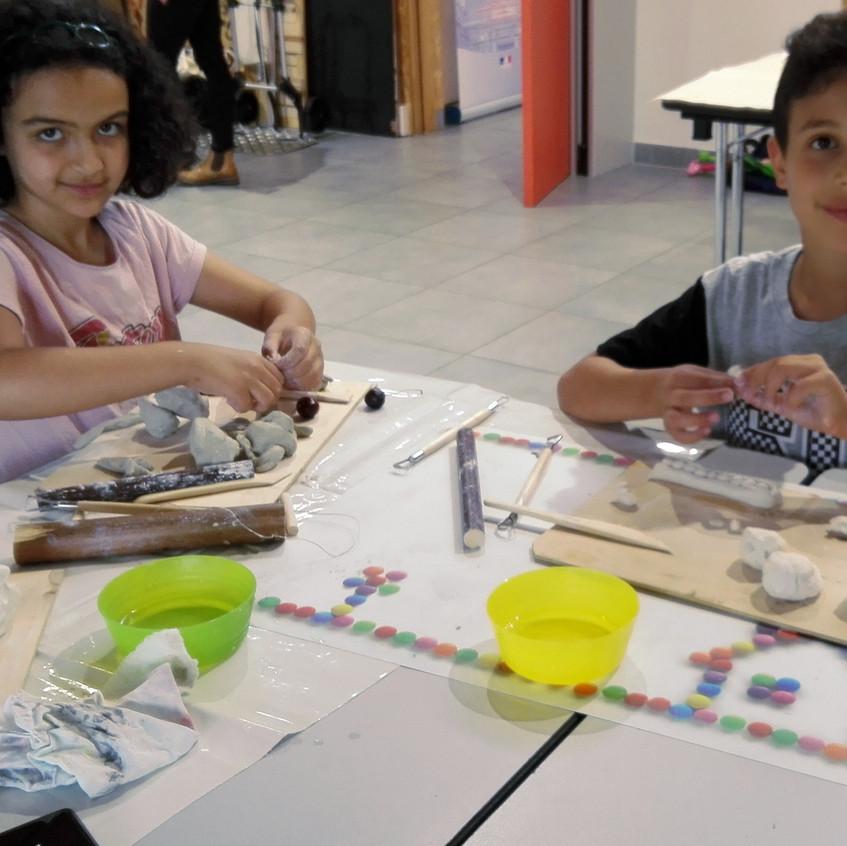 Shadia et Nassim fiers de montrer àleur mère  qu'ils savent bien faire seuls