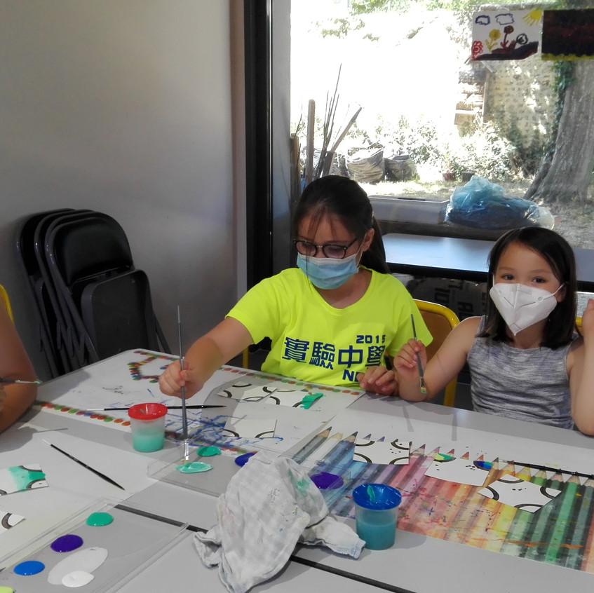 Eloa, Jude et leur maman Saprina toujours très enthousiastes pour faire de nouvelles créations