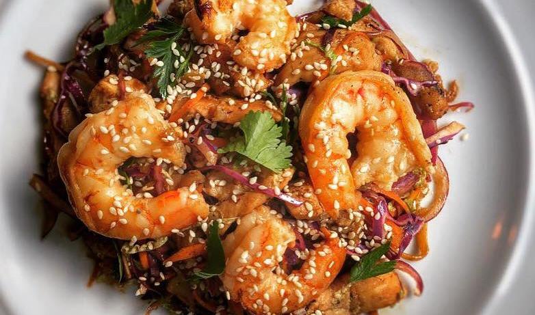 Noodles com camarão no molho thai