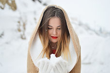 Woman_Snow_In_Hand_pete-bellis-189616-un