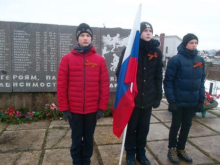 ГБОУ Ш-И 289, у памятника Героям 63-ей г