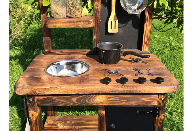 Age 2-4 mud kitchen with play oven and cooker