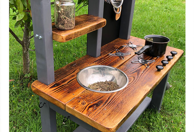 Age 4-6 mud kitchen with play cooker