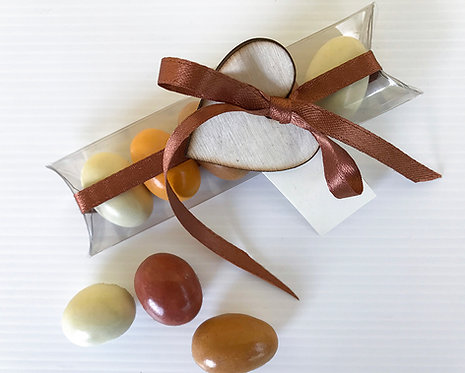 Bomboniera solidale Scatolina trasparente con 5 confetti e cuore in legno