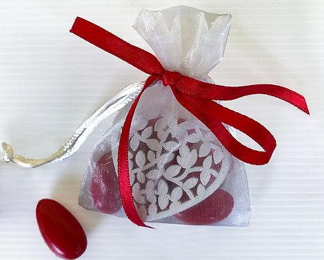 Bomboniera solidale Sacchettino organza con 5 confetti e cuoricino in legno