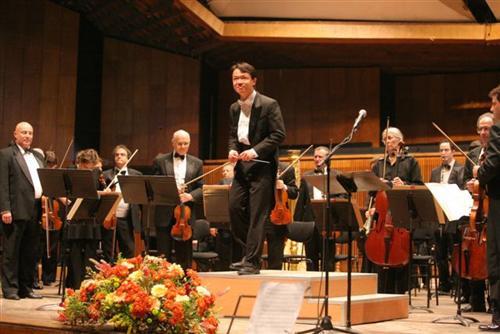 Yi-An Xu conducting the Israel Philharmonic Orchestra