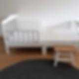 צילום של מיטה עם סדין לדוגמה
