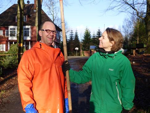 Annette und Dietrich beim vermessen der Bäume