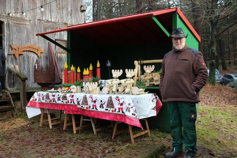 Hans-Otto bietet seine Holzwaren an