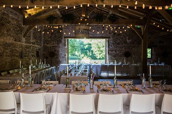 Des tables de mariages avec chaises modernes et guirland lumineuse