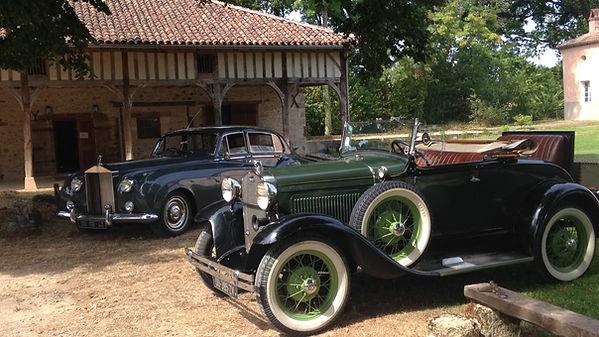 2 voitures anciennes devant la Grange