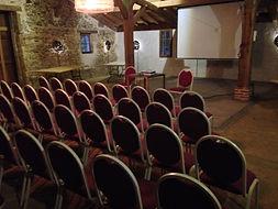 Salle du Chai de Montaulieu avec installtion pour un séminaire