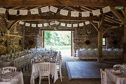 Tables de mariage avec chaises blanches anciennes et fanions décoratifs