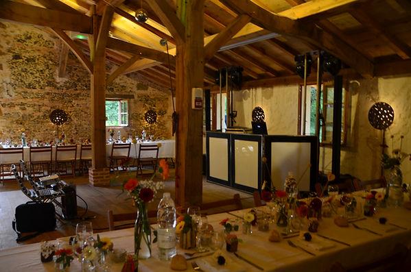 Grandes tables de mariage et poste DJ