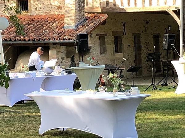 Mise en place de cocktail a proximité de la Grange, avec table et gueridon et sono