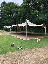 Grandes tente ouverte avec guirlande lumineuse
